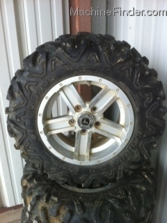 John Deere 825i WHEELS AND TIRES