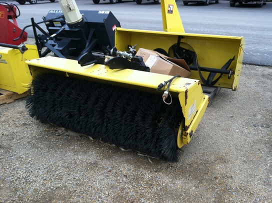 2010 John Deere 60 Broom